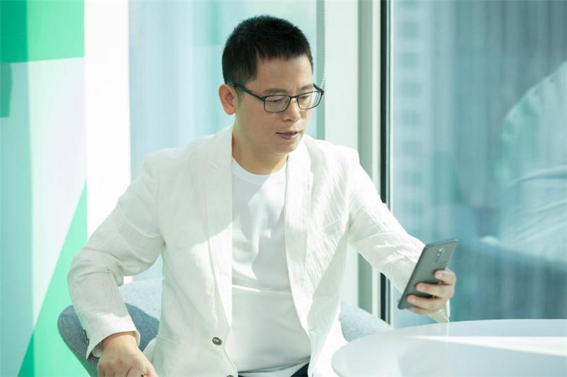 穿白色衣服的男人描述已自动生成